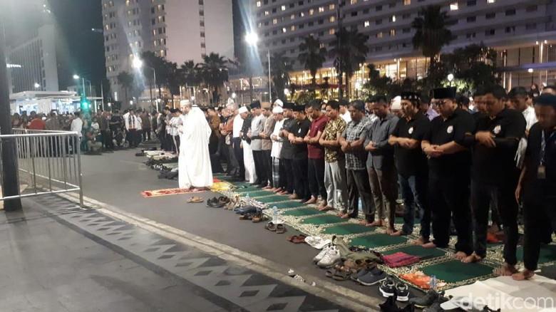 Jakarta Muharram Festival, Anies Salat Isya Berjemaah di Bundaran HI