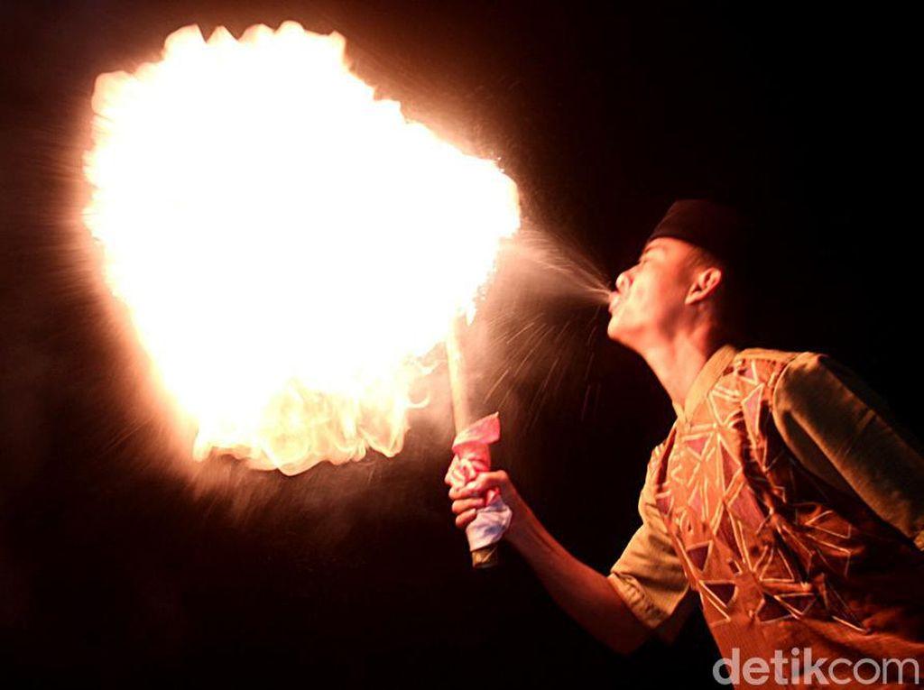 Atraksi Sembur Api Ramaikan Malam Tahun Baru Islam di Bandung