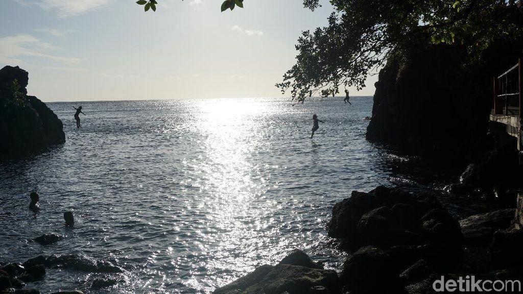 Melepas Penat Lewat Berendam Air Hangat di Pantai Timbako
