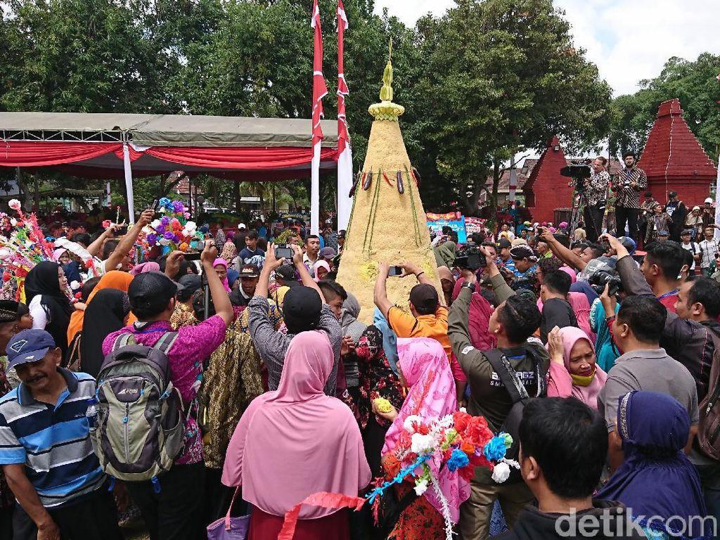 Ratusan Warga Berebut Tumpeng di Puncak Perayaan Hari Jadi Trenggalek