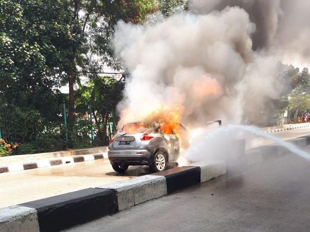 Mobil Hangus Terbakar di Ancol