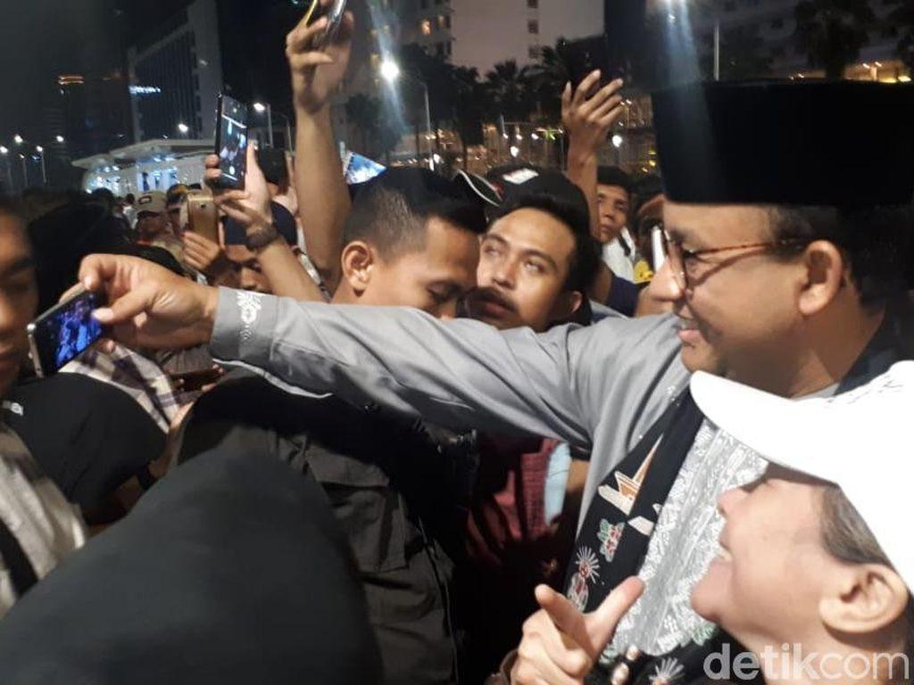 Anies Jadi Rebutan Selfie di Jakarta Festival Muharram
