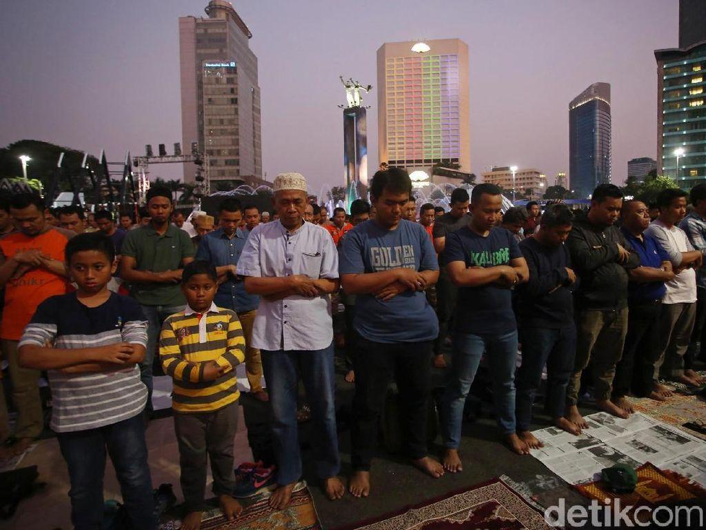 Potret Warga Salat Maghrib Berjamaah di Bundaran HI