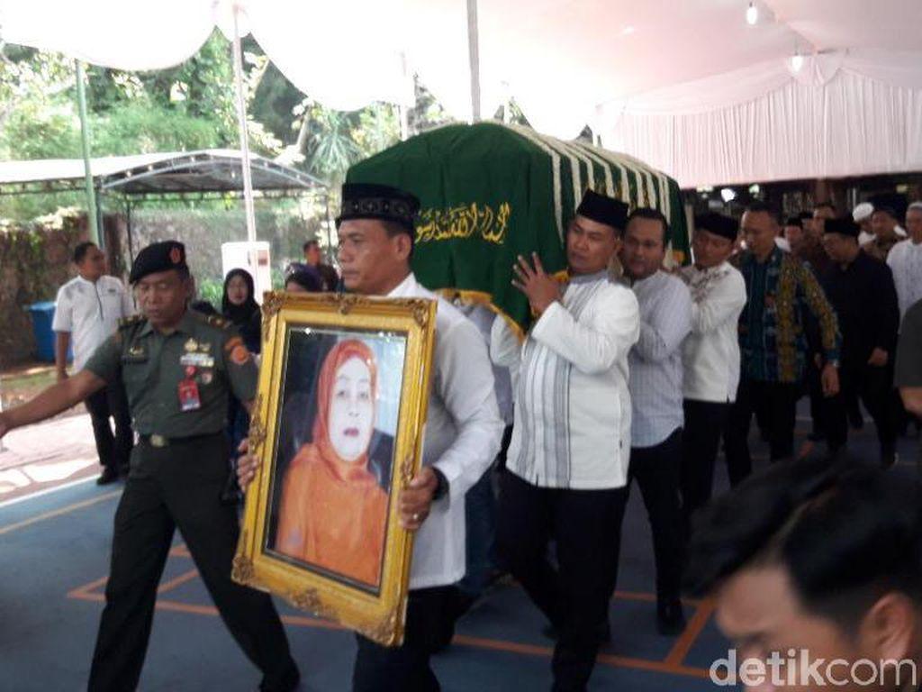 Jenazah Ibunda SBY Diberangkatkan Menuju TPU Tanah Kusir