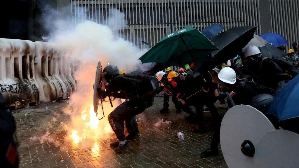 Akhir Pekan di Hong Kong Diwarnai Gas Air Mata Hingga Bom Molotov
