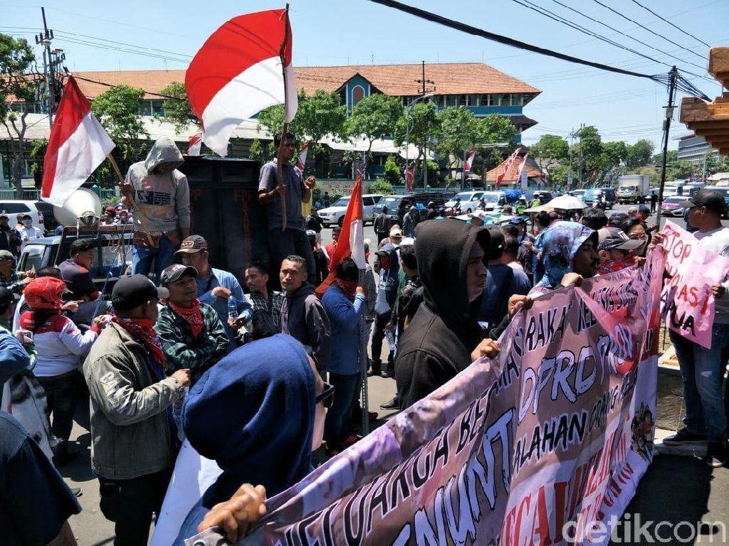 Ratusan Warga Melanesia Demo 120 Anggota DPRD Jatim yang Baru