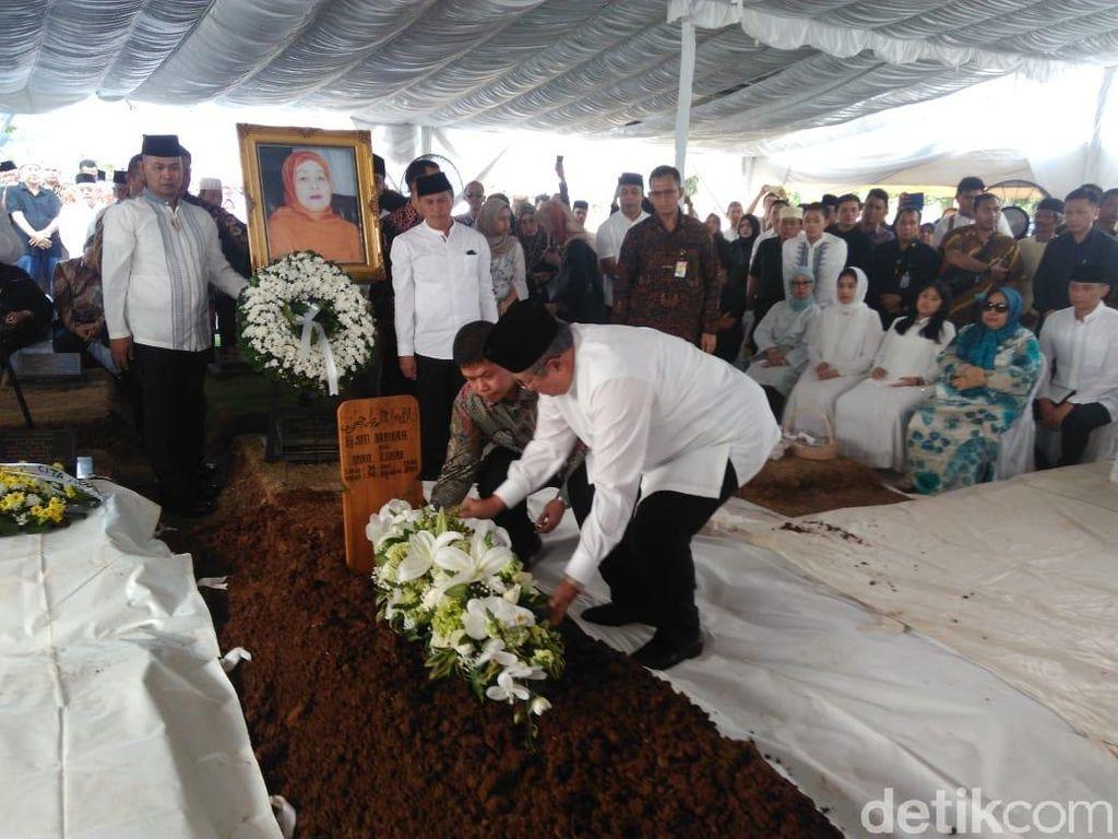 Pemakaman Jenazah Ibunda SBY di TPU Tanah Kusir Berlangsung Khidmat