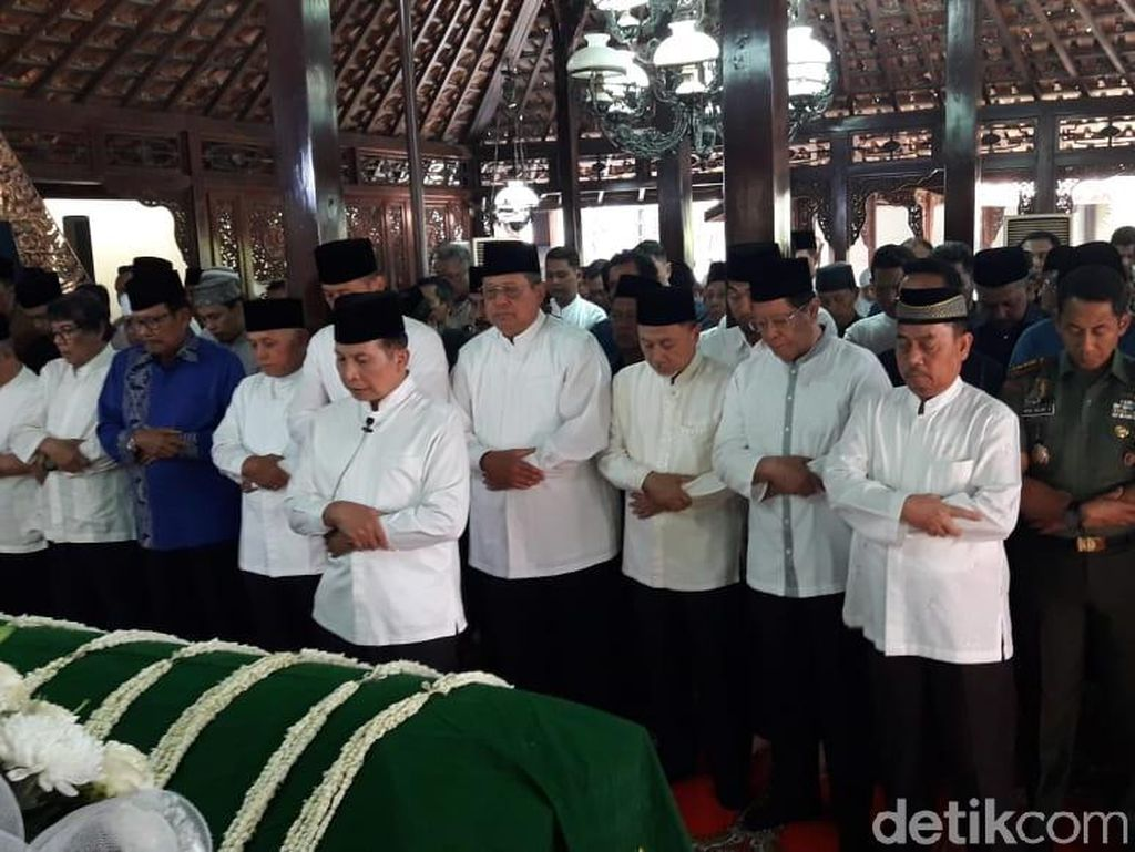 Jenazah Ibunda SBY Disalatkan di Pendopo Cikeas