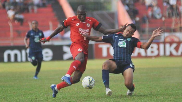 Penyerang Semen Padang, Jeka Kampai, terancam absen di pertandingan dengan PSS Sleman. (Foto: Iggoy el Fitra/Antara)