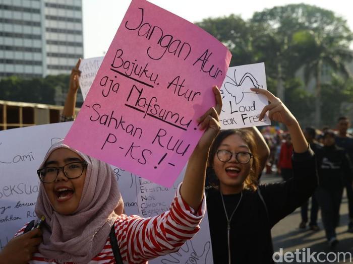 Sejumlah warga yang tergabung dalam Jakarta Feminis melakukan aksi mendesak DPR mengesahkan RUU PKS di kawasan CFD, Jakarta.