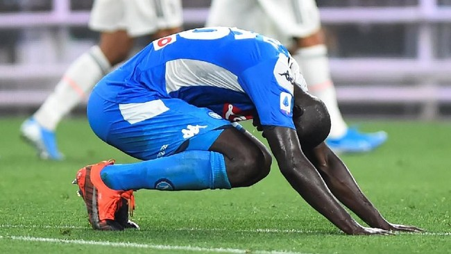 Kalidou Koulibaly tertunduk usai membobol gawang sendiri di laga Juventus vs Napoli. (REUTERS/Massimo Pinca)