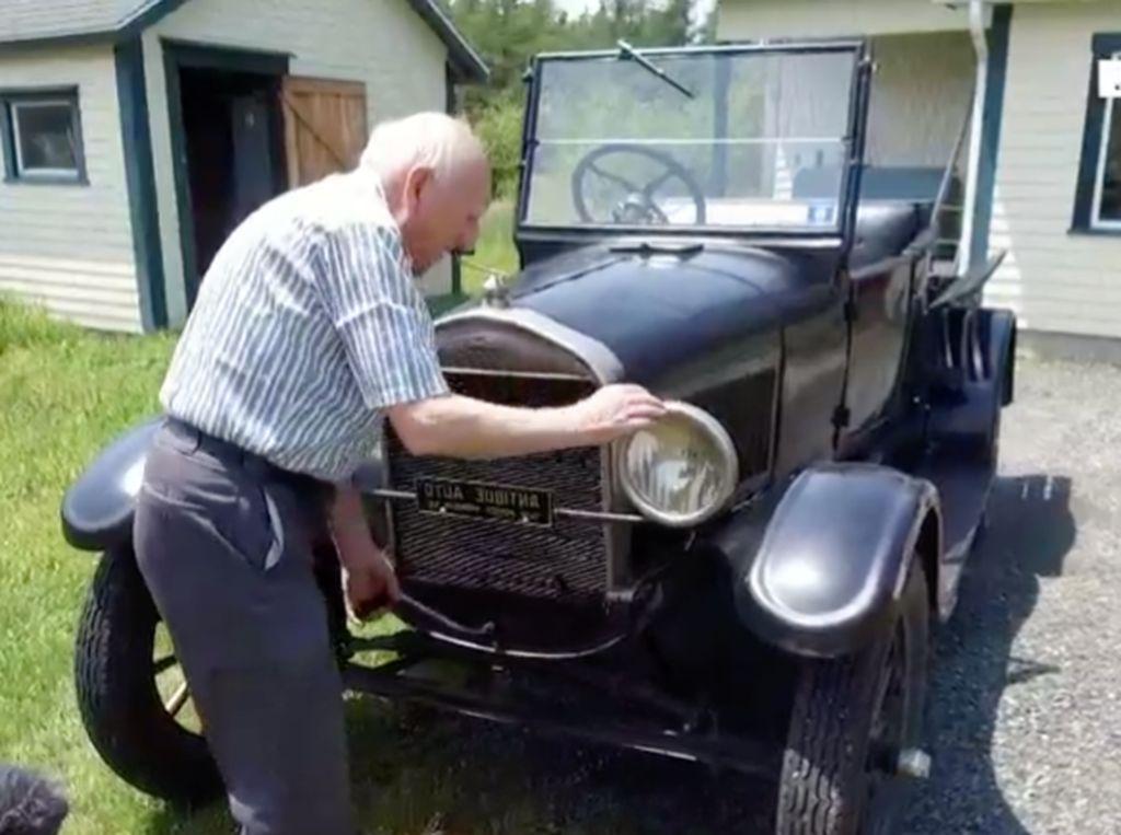 Cinta Seorang Kakek Rawat Mobilnya Selama 70 Tahun