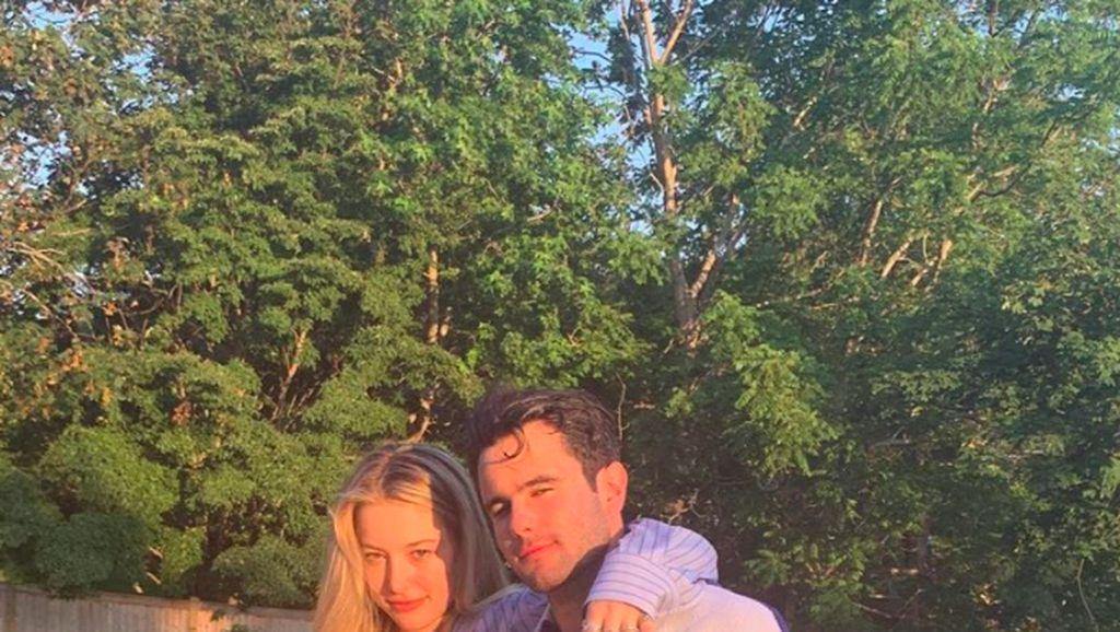Putri Cantik Steve Jobs Pamer Kemesraan dengan Pacarnya