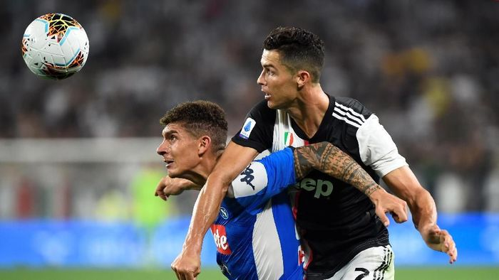 Soccer Football - Serie A - Juventus v Napoli - Allianz Stadium, Turin, Italy - August 31, 2019   Juventus Cristiano Ronaldo in action with Napolis Giovanni Di Lorenzo    REUTERS/Massimo Pinca