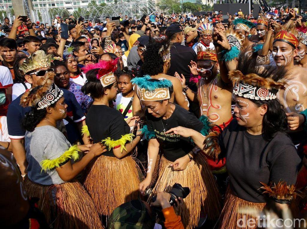 Menari dan Bernyanyi Bareng Masyarakat Papua di CFD
