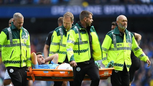 MANCHESTER, ENGLAND - AUGUST 31: Aymeric Laporte of Manchester City is stretchered off the pitch during the Premier League match between Manchester City and Brighton & Hove Albion at Etihad Stadium on August 31, 2019 in Manchester, United Kingdom. (Photo by Shaun Botterill/Getty Images)