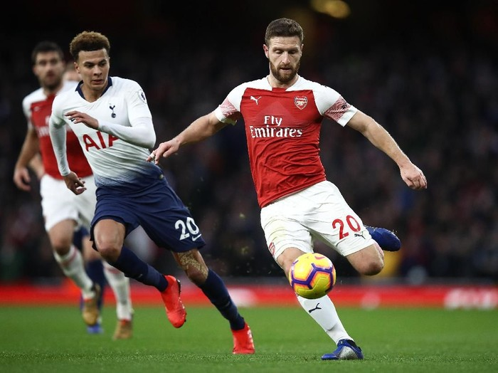LONDON, ENGLAND - DECEMBER 02:   Dele Alli of Spurs chases Shkodran Mustafi of Arsenal during the Premier League match between Arsenal FC and Tottenham Hotspur at Emirates Stadium on December 02, 2018 in London, United Kingdom. (Photo by Julian Finney/Getty Images)