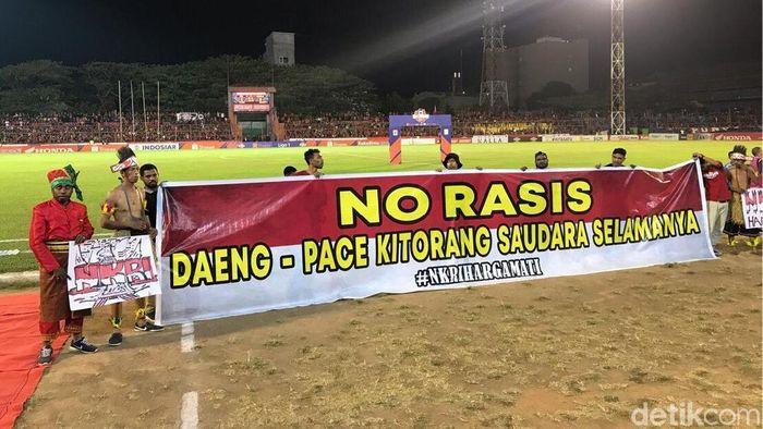 Kampanye antirasis di Stadion Andi Mattalatta menjelang PSM vs Persela, Minggu (1/9/2019).(Ibnu Munsir/detikSport)