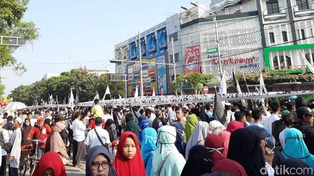 Felix Siauw Gabung Aksi Mengarak 1,5 KM Kain Kalimat Tauhid di Solo