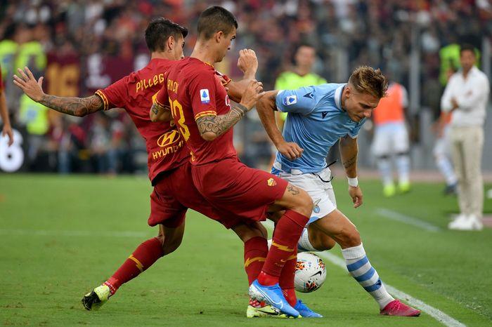 Tak ada pemenang dalam duel dua tim ibu kota Italia: Lazio vs AS Roma. Berjalan dalam tensi tinggi, laga pekan kedua Liga Italia tersebut tuntas sama kuat 1-1.