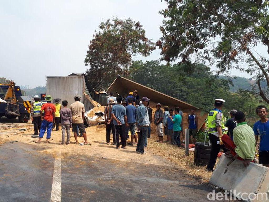 Enam Mobil Terbakar di Tol Cipularang, Jalur Arah Jakarta Ditutup