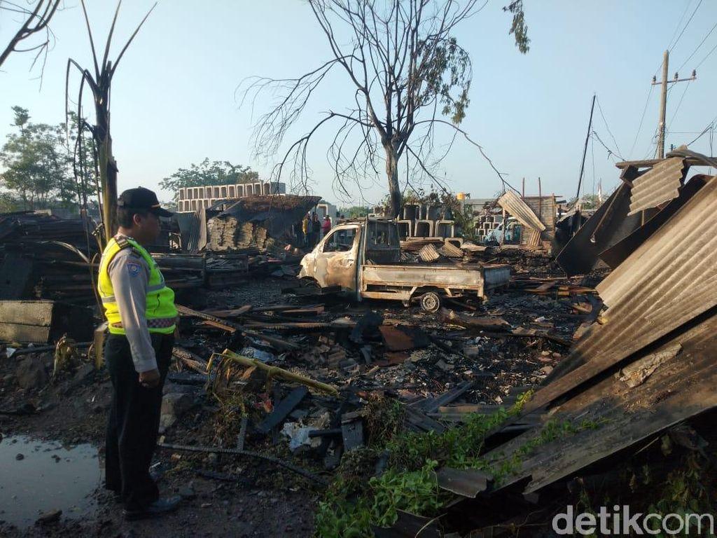 Tempat Penggergajian Kayu di Sidoarjo Ludes Terbakar
