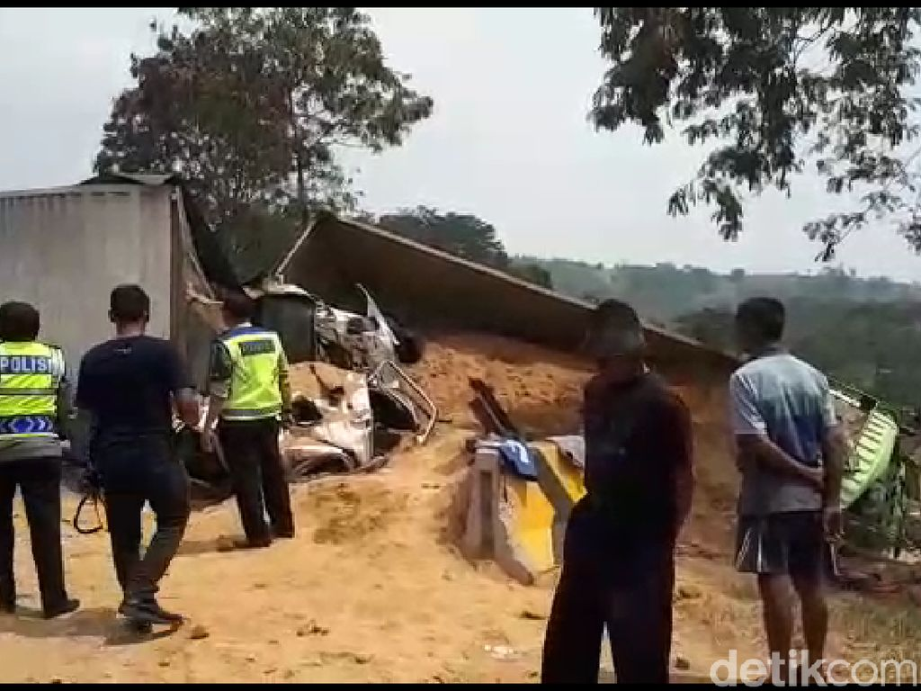 Kecelakaan Beruntun di Cipularang Berawal dari Dump Truck Terguling