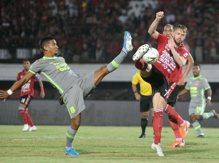 Pesepak bola Bali United Melvin Platje (kanan) berebut bola dengan pesepak bola Borneo FC Renan Da Silva (kiri) saat pertandingan Liga 1 2019 di Stadion I Wayan Dipta, Gianyar, Bali, Rabu (28/8/2019). ANTARA FOTO/Fikri Yusuf/foc.