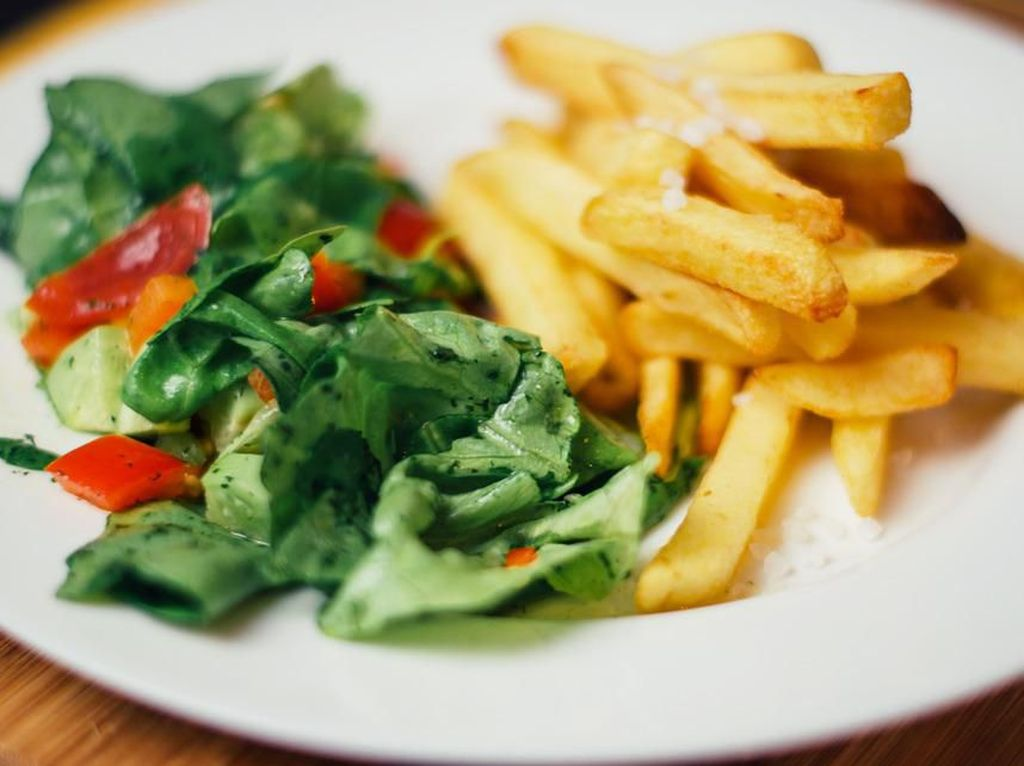 Unik dan Enak! Salad Sayuran Pakai Topping Kentang Goreng