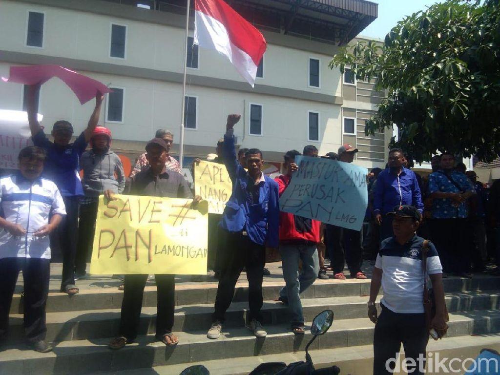 Protes Penunjukan Wakil Ketua DPRD Lamongan, Massa Segel Kantor PAN