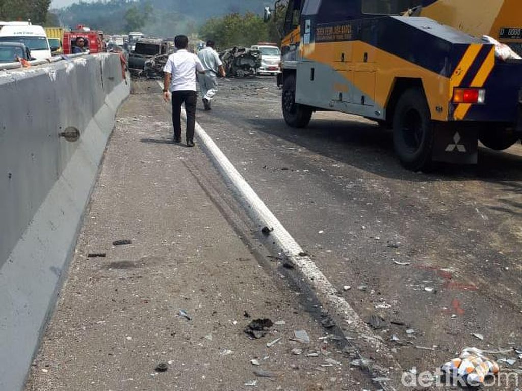 Belasan Mobil Tabrakan Beruntun di Cipularang, 6 Kendaraan Terbakar
