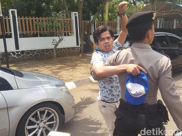 Terobos Pelantikan DPRD Banten, Mahasiswa Lempar-lempar Kertas