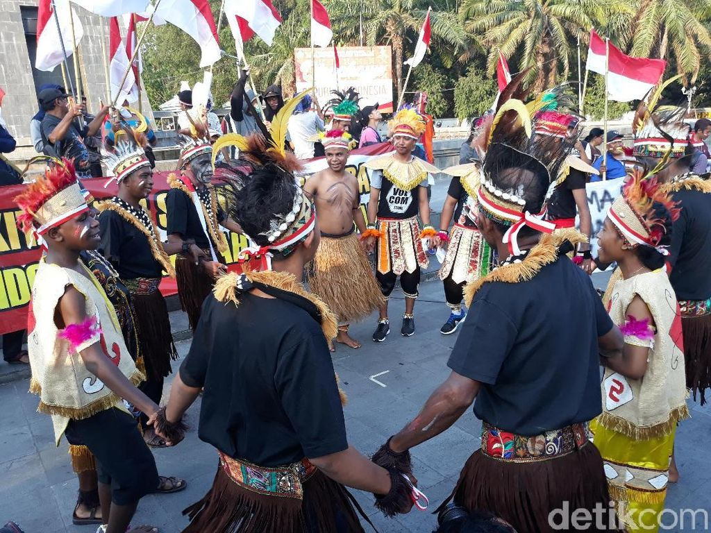 Asyiknya Lihat Warga Solo dan Papua Joget Bareng di Plaza Manahan