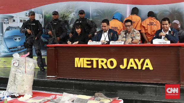 Polda Metro Jaya menggelar barang bukti dan tersangka kasus pembunuhan ayah dan anak.