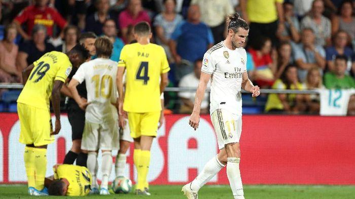 Gareth Bale dua kali menghantam kaki Xavier Quintilla. (Foto: David Ramos/Getty Images)