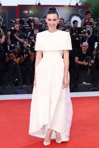 Rooney Mara menggunakan gaun Givenchy di Venice Film Festival 2019.