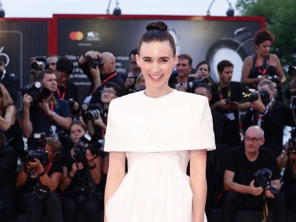 Congrats! Rooney Mara-Joaquin Phoenix Dikaruniai Anak Pertama
