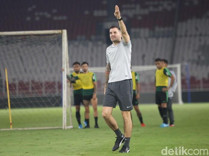 Simon Mc Menemy memimpin latihan Timnas Indonesia di Stadion Utama Gelora Bung Karno (GBK), Senin (2/9/2019).