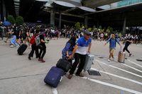 Penumpang di Bandara Internasional Hong Kong terdampak massa pendemo yang menduduki bandara