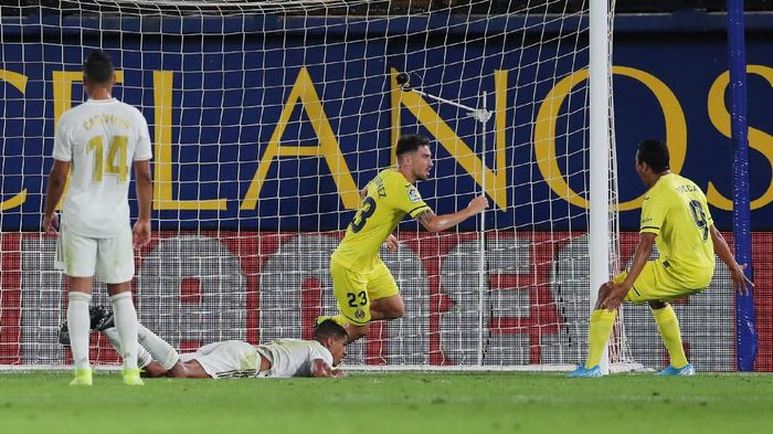 Soccer Football - La Liga Santander - Villarreal v Real Madrid - Estadio de la Ceramica, Villarreal, Spain - September 1, 2019   Villarreals Moi Gomez celebrates scoring their second goal with Carlos Bacca as Real Madrids Casemiro and Raphael Varane look dejected    REUTERS/Juan Medina