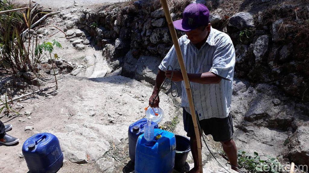 Kekeringan, Warga Gunungkidul Ambil Air di Sumur Bor Pakai Toples