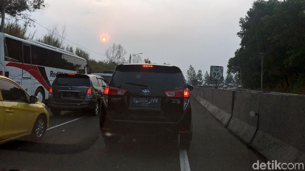 Kemacetan Mengular di Cipularang Imbas Kecelakaan Maut