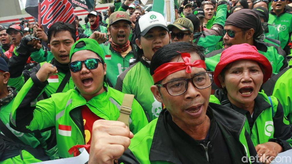 Massa Driver Gojek Demo di Depan Kedubes Malaysia
