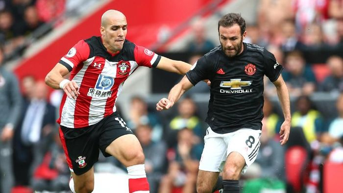 SOUTHAMPTON, ENGLAND - AUGUST 31: Juan Mata of Manchester United battles for possession with Oriol Romeu of Southampton during the Premier League match between Southampton FC and Manchester United at St Marys Stadium on August 31, 2019 in Southampton, United Kingdom. (Photo by Steve Bardens/Getty Images)