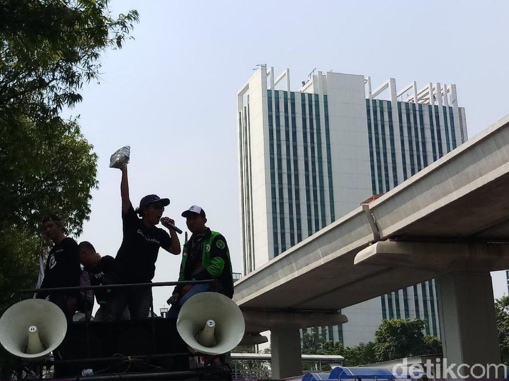 Massa Driver Gojek Kumpulkan Koin, Minta Bos Taksi Malaysia Didatangkan ke RI