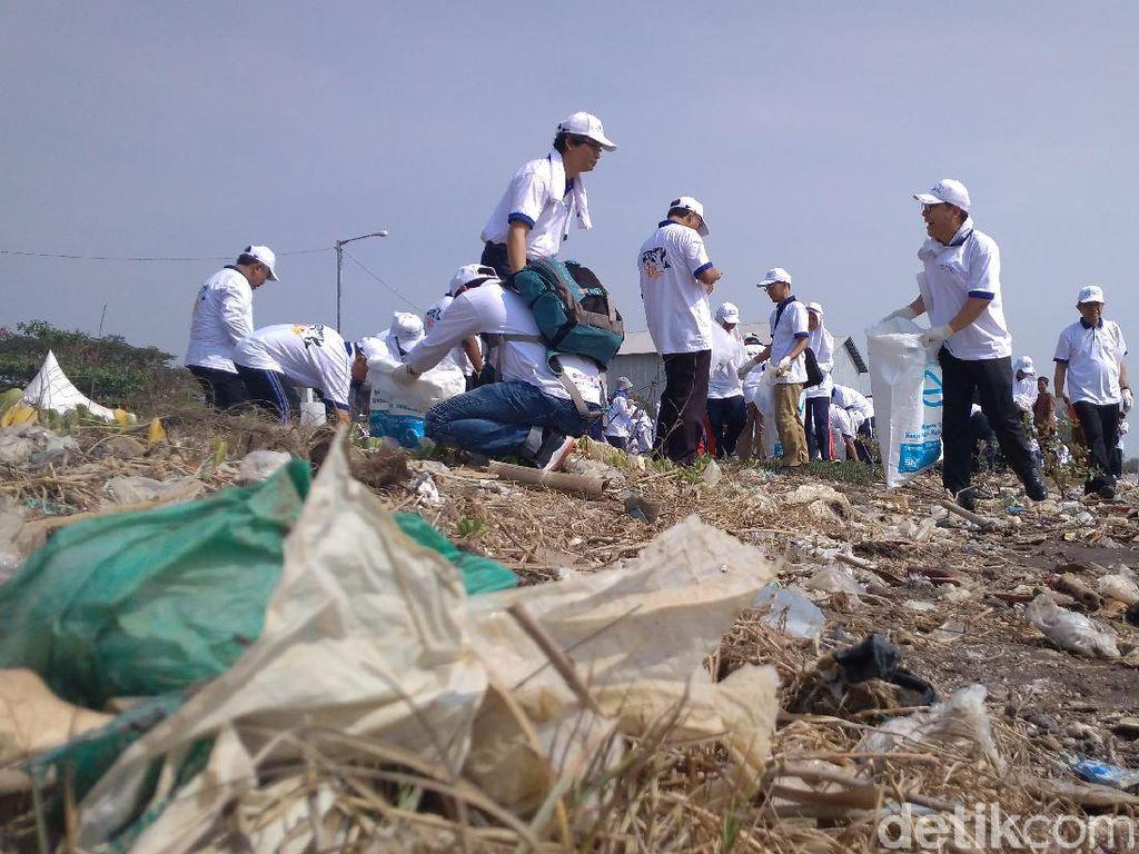 Selamatkan Laut, Indonesia-Korea Gelar Aksi Sapu Bersih Pantai