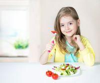 Ilustrasi anak makan buah dan sayur