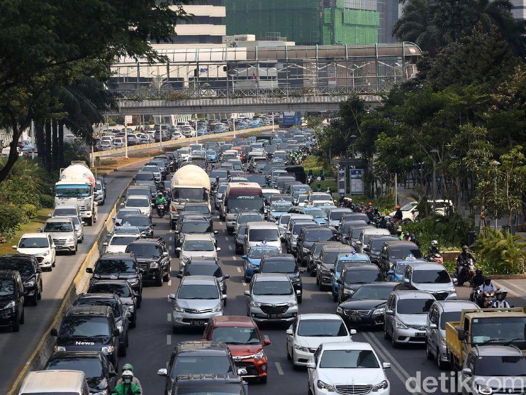 Antrean Panjang Kendaraan Masih Terlihat di Jalan Sudirman