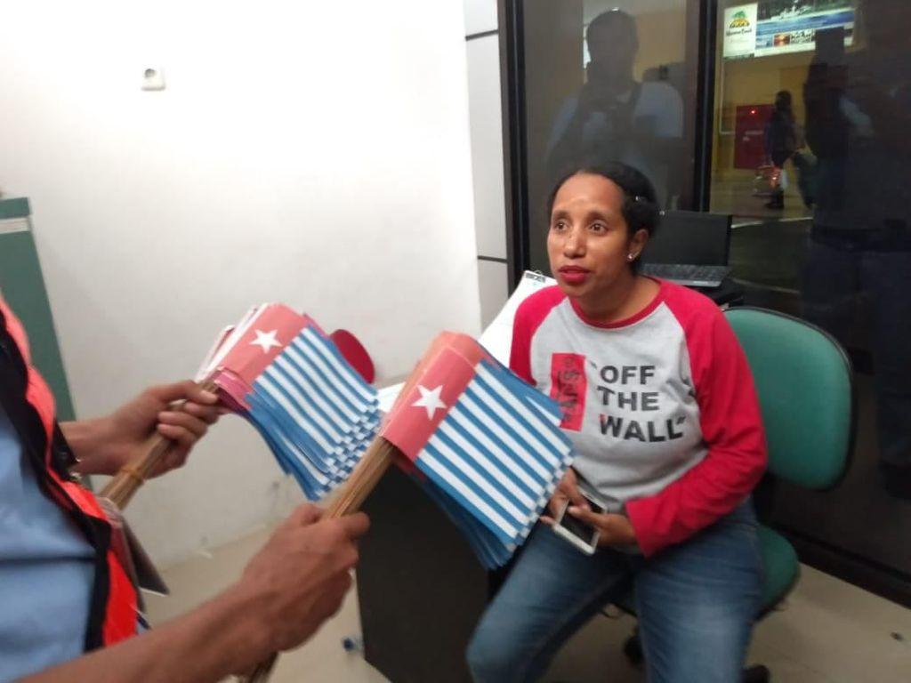 Oknum Partai Tepergok Selundupkan Ribuan Bendera Bintang Kejora