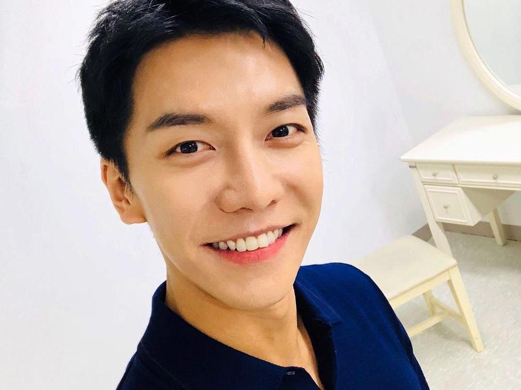 Gaya Lee Seung Gi yang Viral Karena Jajan Cenil Lupis di Jogja
